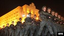 Soldados ucranianos marchan durante en un ensayo de un desfile militar, con motivo del Día de la Independencia de Ucrania, en la Plaza de la Independencia en el centro de Kiev (Ucrania).