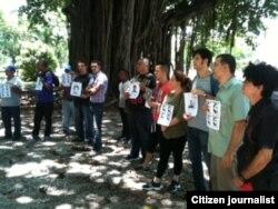 Reporta Cuba. Artistas y activistas junto a Damas de Blanco en el parque Gandhi (7 de junio). Foto: Ángel Moya.
