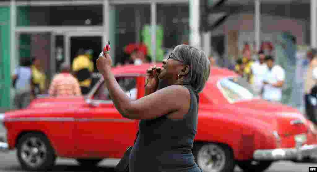 Una mujer realiza una video llamada en una zona WiFi, en La Habana.