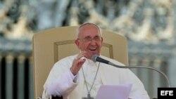 El papa Francisco saluda a los fieles durante la audiencia general de todos los miércoles en la plaza de San Pedro en el Vaticano. Foto de archivo