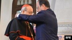 El presidente de Francia François Hollande otorga al cardenal cubano Jaime Ortega la Orden de Comendador de la Legión de Honor.