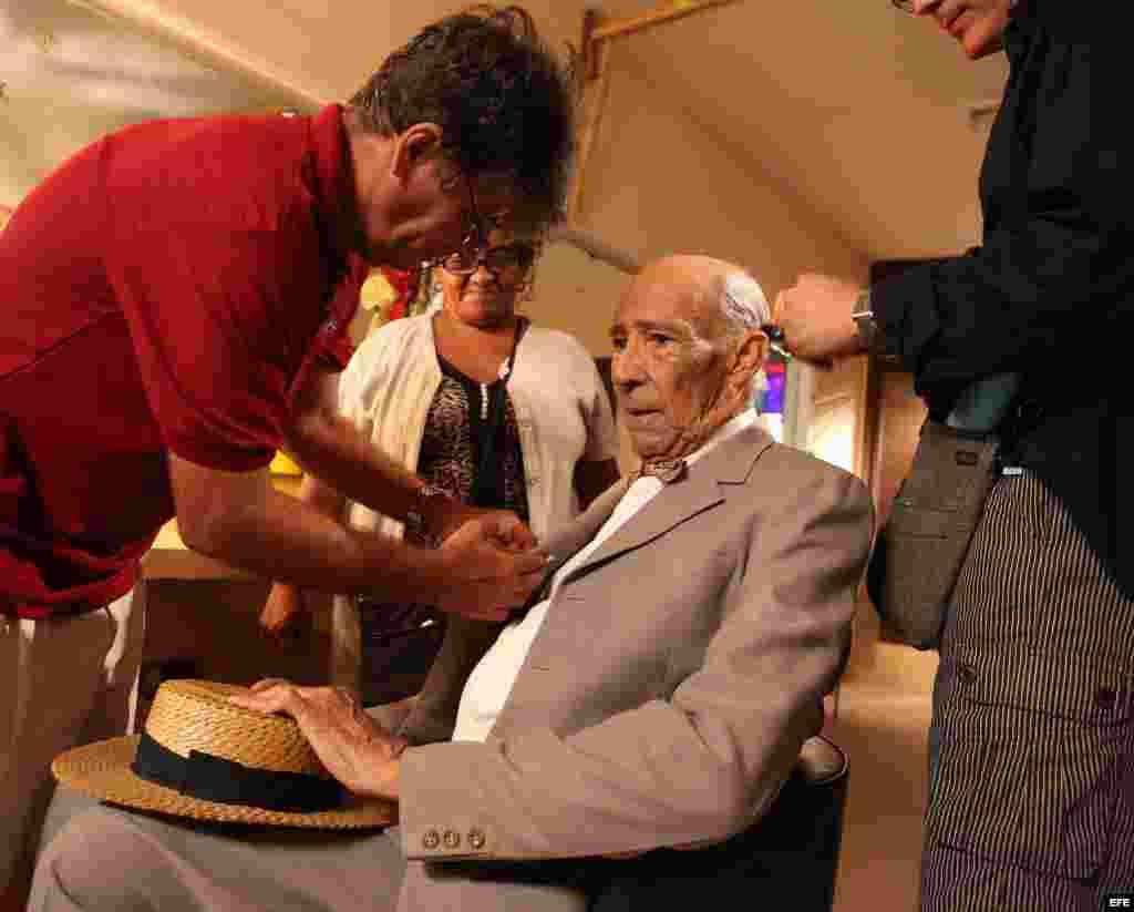 """El actor cubano Reinaldo Miravalles se prepara para filmar una escena durante el rodaje de la película """"Esther en alguna parte"""", el miércoles 20 de junio de 2012 en La Habana, Cuba. EFE/ Alejandro Ernesto"""