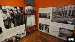 Imagen de varias fotografías expuestas en el Centro de Memoria Nelson Mandela, dedicado a preservar objetos de valor del expresidente sudafricano y exponerlos al público, en Johannesburgo (Sudáfrica), hoy, miércoles 4 de diciembre de 2013. EFE/Kim Ludbroo