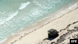 Un vehículo todoterreno de las Tropas Guardafronteras cubanas patrulla la costa norte de Camagüey en busca de droga recalada.