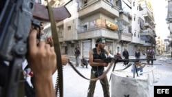 Rebeldes sirios vigilan su posición durante su lucha contra los seguidores de Bachar Al Asad en Alepo (Siria), domingo 12 de agosto de 2012. EFE/Cem Ozdel Anadolu