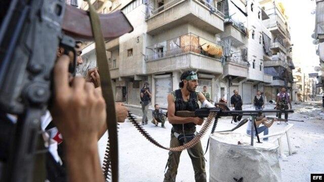 Rebeldes sirios vigilan su posición durante su lucha contra los seguidores de Bachar Al Asad en Alepo (Siria). Archivo.