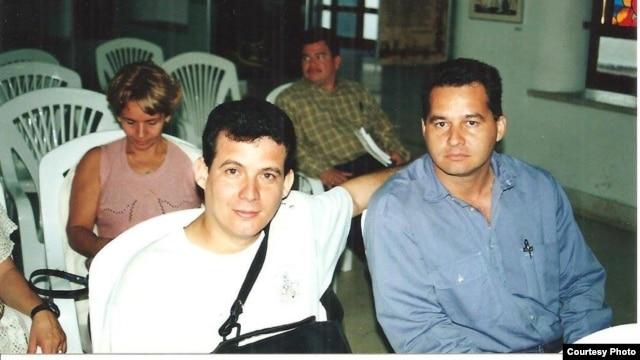 Escritor Amir Valle abraza a Ángel Santiesteban Prats, en un foro literario en Cuba.