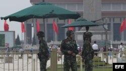Soldados vigilan los alrededores de la plaza de Tiananmen en Pekín (China) hoy, miércoles 4 de junio de 2014.