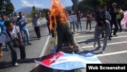 La protesta era contra el Tribunal Supremo, pero el muñeco quemado representaba a Fidel Castro (Foto: El Nacional)