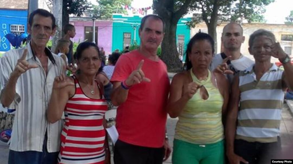 Activistas de #Otro18, este 4 de julio, protestan en el Parque JoséMartí, en La Habana.