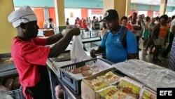 Cubanos celebran rebaja de precios en productos básicos.