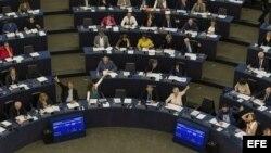 Varios eurodiputados votan sobre el acuerdo de diálogo UE-Cuba en el Parlamento Europeo en Estrasburgo (Francia) hoy, 5 de julio de 2017.