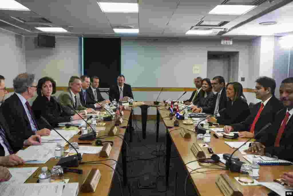 La encargada de Asuntos de América del Norte del Gobierno cubano, Josefina Vidal (3d), encabeza una delegación del gobierno cubano que se reúne con la subsecretaria de Estado de EE.UU. para América Latina, Roberta Jacobson (3i), antes de la segunda ronda