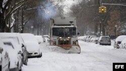 Una máquina quitanieves trabaja en una calle de Nueva York.
