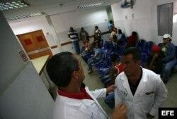 Doctores cubanos en un centro médico en Venezuela.