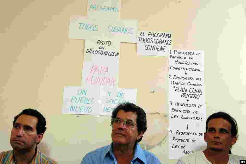 El disidente cubano Oswaldo Payá promotor del proyecto Varela, y dos de sus colaboradores ofrecen una rueda de prensa.