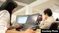 Varias personas navegan por Internet desde sus computadoras. Foto: Flickr, MIT Colombia.