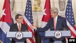 John Kerry, secretario de Estado de EEUU, y Bruno Rodríguez, ministro de Relaciones Exteriores de Cuba. Archivo.