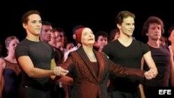 La fundadora y directora del Ballet Nacional de Cuba, Alicia Alonso, acompañada de los bailarines Rómel Frómeta (i) y Joel Carreño.