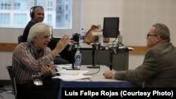 """El periodista y escritor Orlando González Esteva (izq.) entrevista al narrador y poeta Luis De La Paz, para el programa """"Entre nosotros"""", de Radio Martí en la Feria del Libro de Miami, 2015. Foto: Luis Felipe Rojas."""
