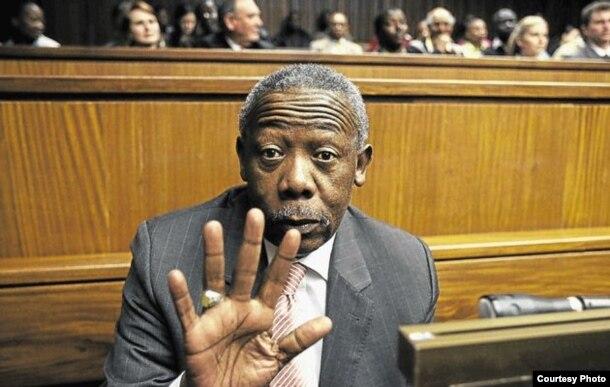 El Comisionado de Policía de Sudáfrica Jackie Selebi recibía sobornos de la mafia local. Fue condenado a 15 años.