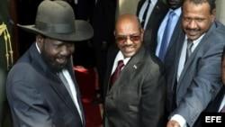 El presidente de Sudán del Sur, Salva Kiir (i) recibe a su homólogo sudanés, Omar al Bashir (c) en Yuba, Sudán del Sur.
