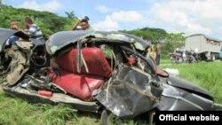 Así quedó el auto particular impactado por un camión en Placetas. Los tres ocupantes murieron en el accidente, que involucró a dos camiones.