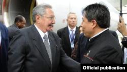Raúl Castro fue recibido por el canciller boliviano.