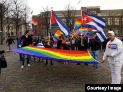 Días atrás miembros de la comunidad LGBTI que piden asilo en Holanda se manifestaron frente al Parlamento de Holanda..