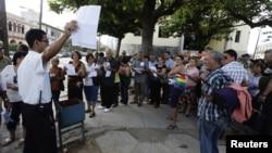 Cubanos frente a SINA esperan por trámites para nueva ley migratoria