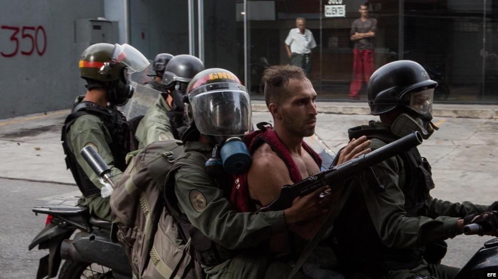 Agentes de la Guardia Nacional Bolivariana detienen a manifestantes hoy, lunes 22 de mayo de 2017, en Caracas (Venezuela)