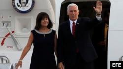 El vicepresidente Mike Pence y su esposa Karen Pence desembarcan del Air Force 2. (Foto