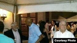 Disidentes cubanos en una fiesta por el 4 de julio convocada por los diplomáticos estadounidenses.