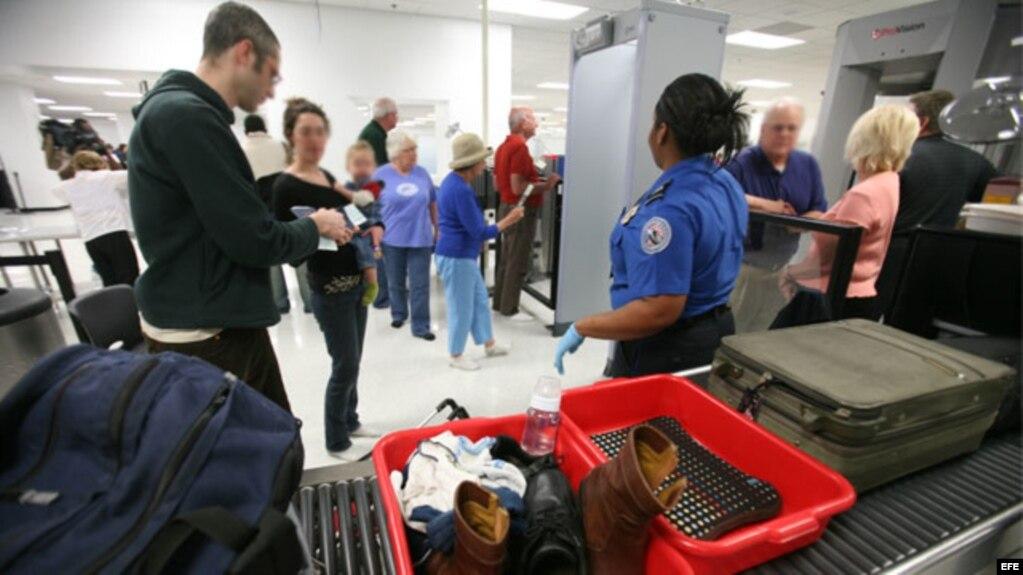 Pasajeros pasan el control de seguridad en el aeropuerto internacional de Miami. (Archivo)