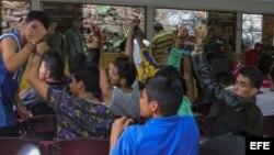 Manifestantes muestran sus manos esposadas tras el desmantelamiento de campamentos por la Guardia Nacional Bolivariana. Archivo.