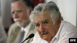 El presidente uruguayo, José Mujica (d).