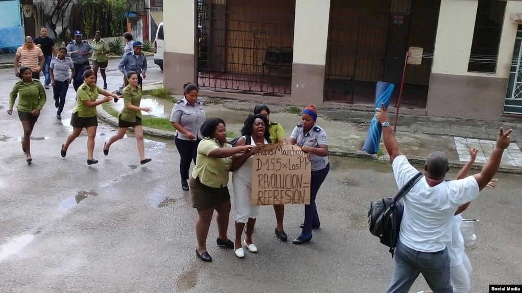 14 efectivos policiales y del Ministerio del Interior detienen a Berta Soler y otra Dama de Blanco en La Habana, además del activista Ángel Moya Acosta. (TOMADO DE TWITTER).