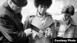 Bajo fuerte custodia, Joanne Chesimard es conducida a juicio en 1977.