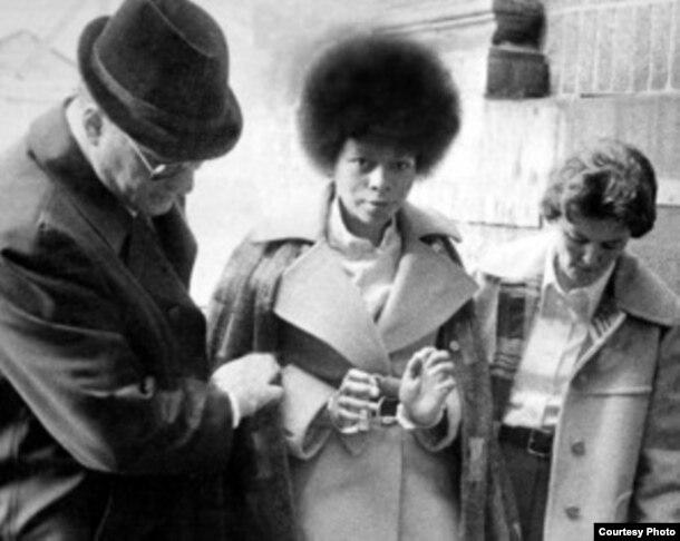 Bajo fuerte custodia, Joanne Chesimard es conducida a juicio en 1977