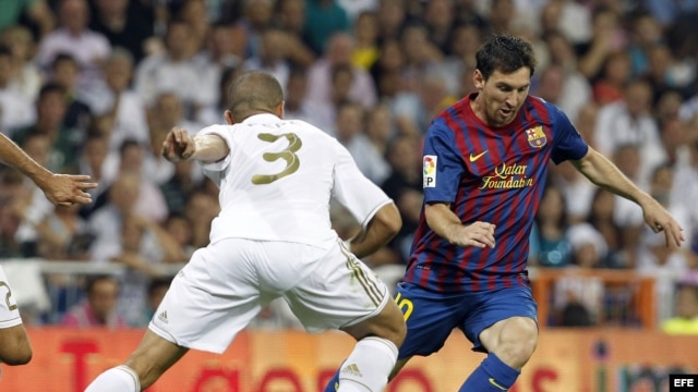 "Fotografía de archivo. El delantero argentino del FC Barcelona, Lionel Messi (d), intenta marcharse del defensa portugués del Real Madrid, Képler Lima ""Pepe"" (i)."