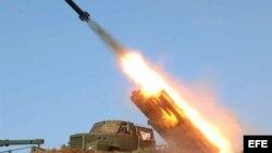 Fuerzas militares norcoreanas lanzando un misil en una locación sin identificar (Archivo)