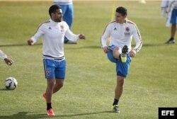 Radamel Falcao (i) y James Rodríguez (d), de Colombia, participan en un entrenamiento.