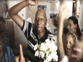 Fariñas recibe un ramo de mariposas a nombre de las Damas de Blanco