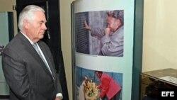 Foto del Departamento de Estado de EE. UU que muestra al secretario de Estado estadounidense Rex Tillerson recorriendo el Memorial Park para las víctimas de la bomba en la embajada de EE. UU en 1998.