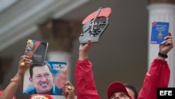 Seguidores del presidente Hugo Chávez se congregan el sábado 5 de enero de 2013, afuera de las instalaciones de la Asamblea Nacional, en Caracas (Venezuela).