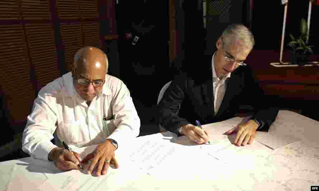 El presidente de la Cámara de Comercio de Cuba, Orlando Hernández (i), firma un acuerdo de colaboracion entre la Cámara de Comercio de Cuba y el Instituto gallego de colaboración económica junto al consejero de Economía, Empleo e Industria de Galicia, Fr
