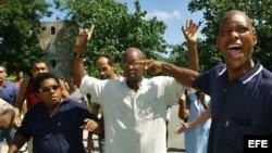 10/10/05- Varias decenas de simpatizantes del régimen cubano participan en un acto de repudio contra el líder del grupo disidente Arco Progresista, Manuel Cuesta Morúa (c), y miembros de la organización.