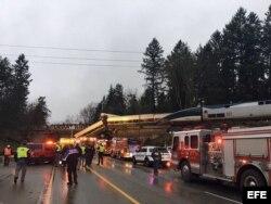 El tren se descarriló y cayó de un puente sobre la autopista cerca de Seattle.