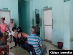 Pacientes esperan a ser atendidos en una consulta.