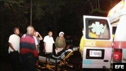 Fotografía de archivo. Un joven herido es subido a una ambulancia tras el paso de un tornado.
